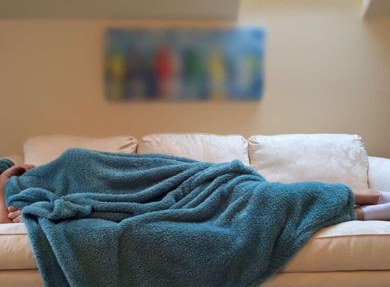 ソファで横になっている人