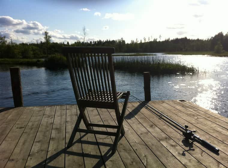 湖とベンチ
