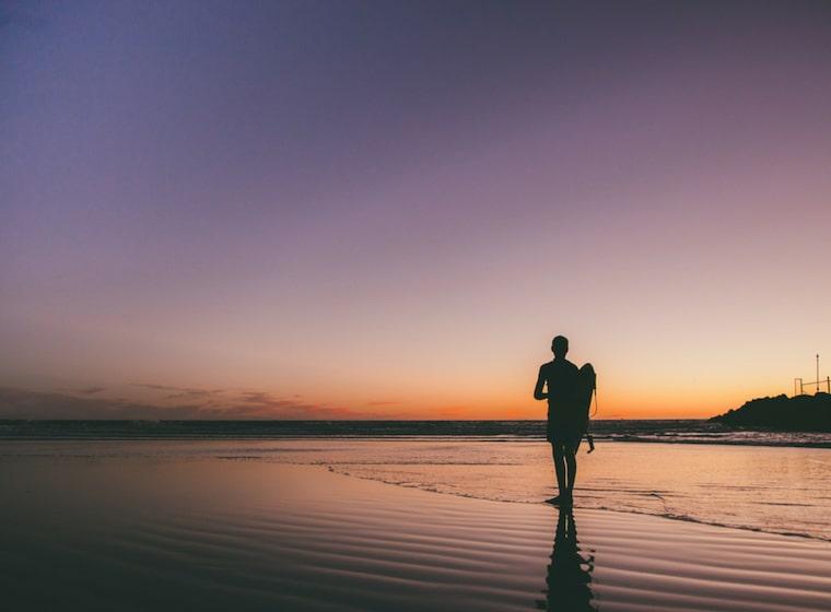 海沿いを歩いている人
